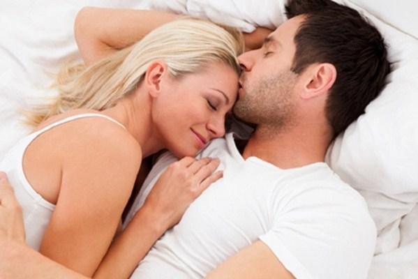 cuplu fericit in pat